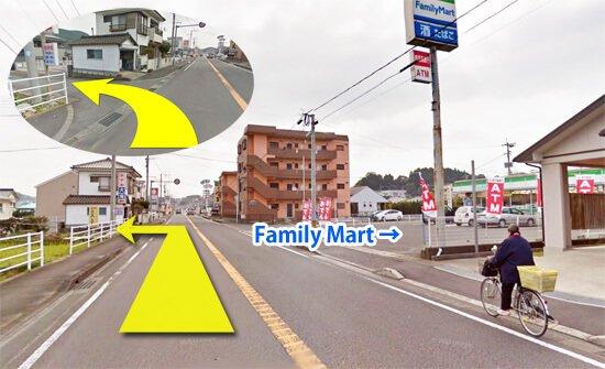 右にファミリーマートがある十字路を左折